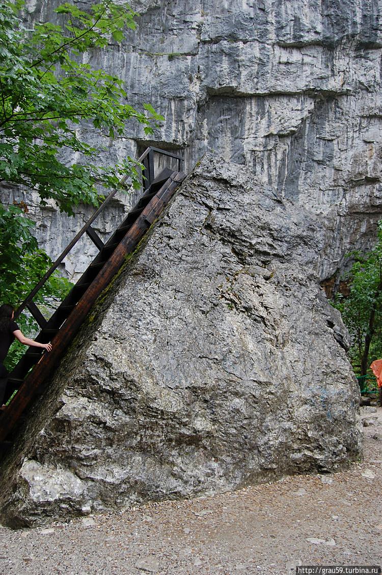 Лестница на валун