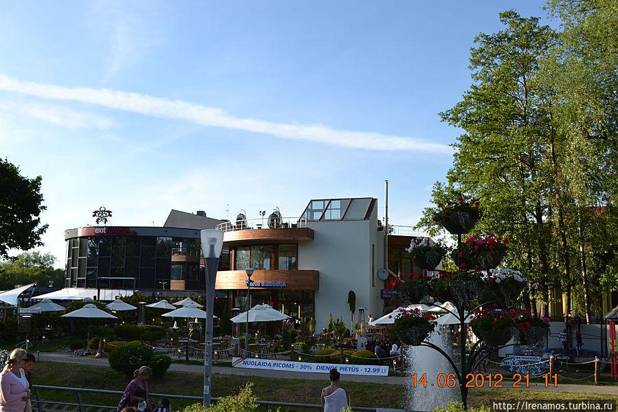 в окрестностях виллы (около 150 м)  вид с ул.Басавичус на кафе «Флорос Симфония».