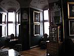 Такая вот комната с множеством окон, но всё равно тёмная.