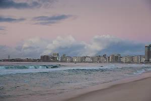 Солнце ещё не взошло, за мысом — не менее знаменитый пляж, Ипанема