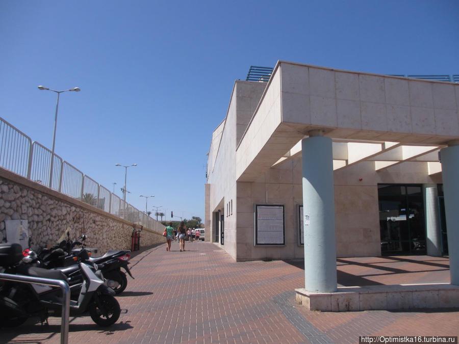 Выходим из туннеля и переходим в другое здание — железнодорожной станции