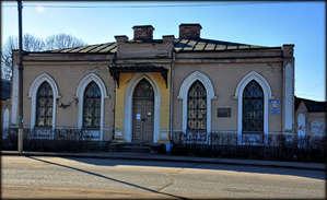 Городской краеведческий музей, который находится на  улице Ленина в здании старой почтовой станции постройки 1831 года.