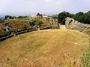Руины овального римского амфитеатра.