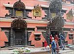 Красно-оранжевые дома Бхактапура. Самое примечательное в них — окна