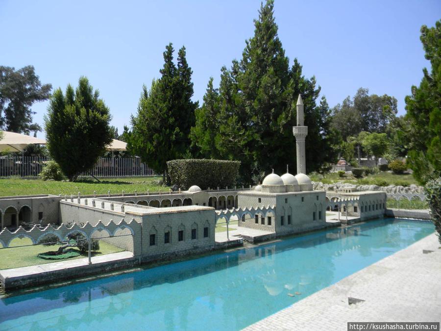 Мечети стоят в парке на берегу небольшого канала. Это очень добавляет красок