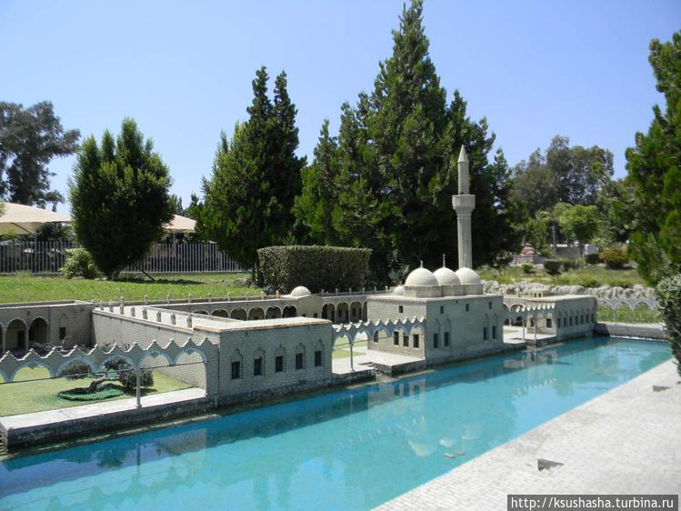 Мечети стоят в парке на б