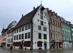 Дом Менцендорфа 1695 года постройки. На протяжении почти 200 лет здесь работала старейшая в городе аптека. В 1752 году аптекарь Абрахам Кунце сотворил здесь знаменитый Рижский бальзам, который привозит с собой из Латвии, наверное, каждый турист.
