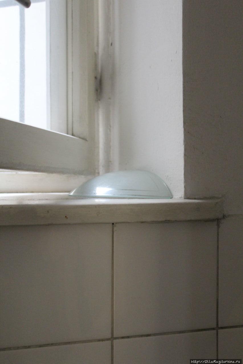 Плафон от светильника в туалете при заселении.