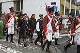 По улицам Ватерлоо ведут пленных французских солдат