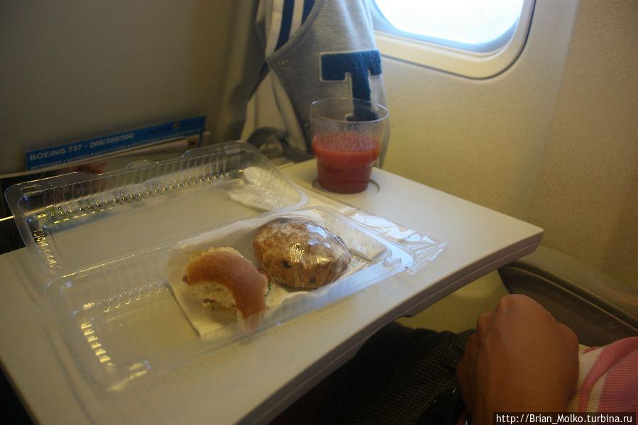 Наш обедище в самолете)