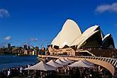 Знаменитое здание Сиднейской Оперы выглядит симпатично только на расстоянии, на фоне бухты или моста через залив. А вблизи скорее напоминает какой-нибудь советский выставочно-концертный зал.