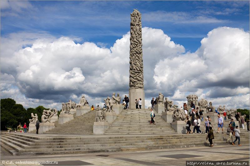 31. Группа Монолита представляет собой центральную колонну высотой 14 метров, которая и есть Монолит (Monolitten), и ряды радиально расположенных скульптур, спускающихся ступенями от колонны. Этих скульптур 36. Колонна словно бы слеплена из множества человеческих фигур.  Не могу не отметить роскошные облака, вдруг задержавшиеся позади Монолита.