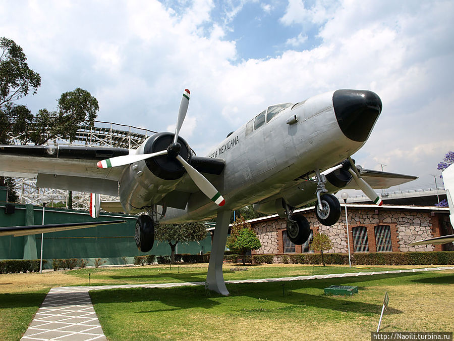 Североамериканский бомбардировщик Митчел В-25. Построен в 1939 году, использовался в 1942 году в войне с Японией. Мексиканский эскадрон 201 летал на нем, хотя конечно участие Мексики во Второй Мировой было не долгим.