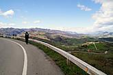 Пещера Эль Соплао расположена в 60 километрах на запад от Сантадера, рядом с городком Сан-Висенте-де-ла-Баркера, и добираться сюда удобнее всего на машине.