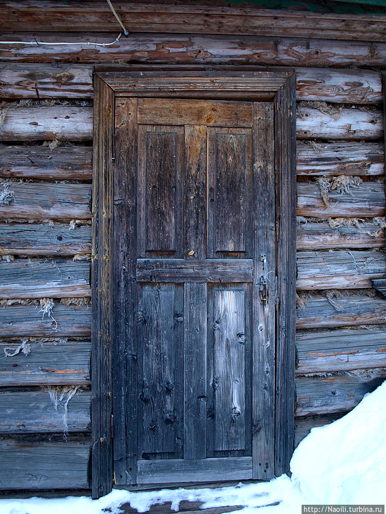 А эта покосившаяся дверь,
