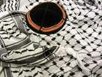 Попытка совместить несовместимое – палестинская куфия и еврейская кипа.