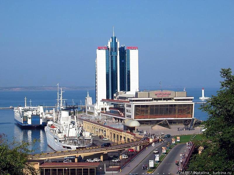 Одесса (бывший Кемпински)- 4*, цена номера от 140 у.е./сутки, отель находится в центре города, на территории морвокзала, т.е. два в одном и центр и со всех номеров вид на море. Всю инфо можно посмотреть на http://www.odessahotels.ru ул. Приморская, 6 (Морвокзал) 729-48-08