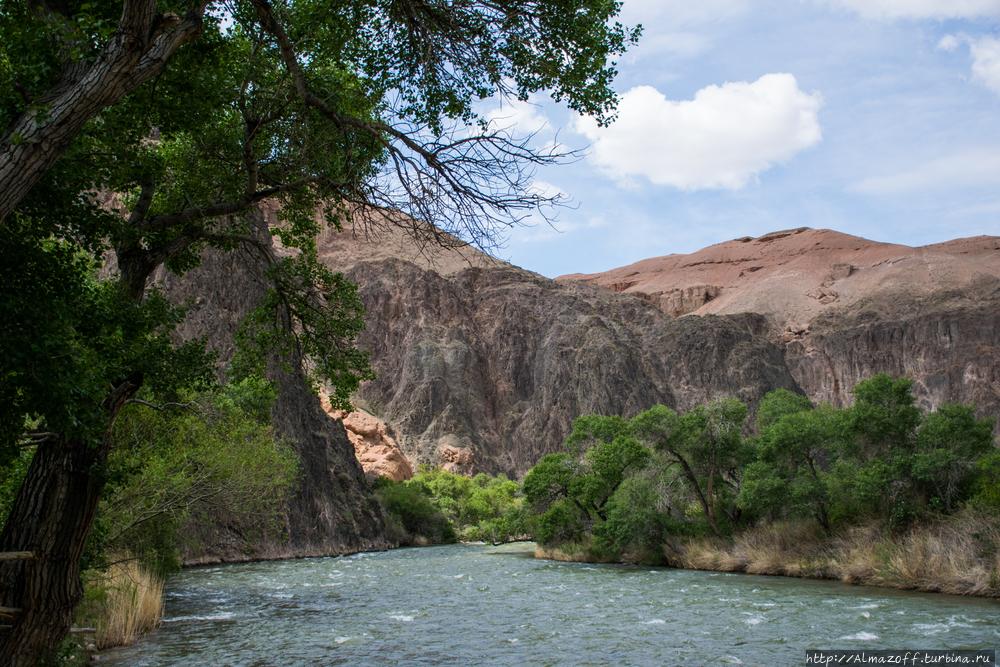 Красные скалы и красные девицы Чарына Чарынский Каньон Национальный Парк, Казахстан
