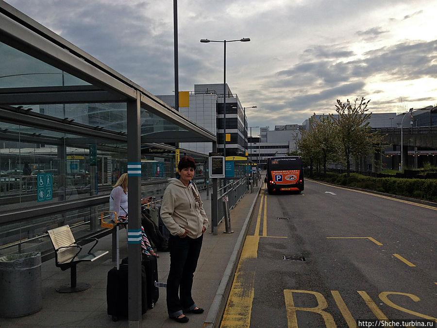 платформа номер 8 возле северного терминала Гатвика, но шаттл заезжает и на южный терминал