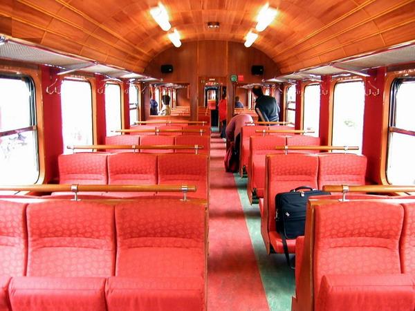 Салон вагона Фломсбаны. Обращаем внимание что открываются только четыре окна. Перегородка в центре вагона — отголосок тех времен когда салон вагонов B3 разделялся на 2 класса.