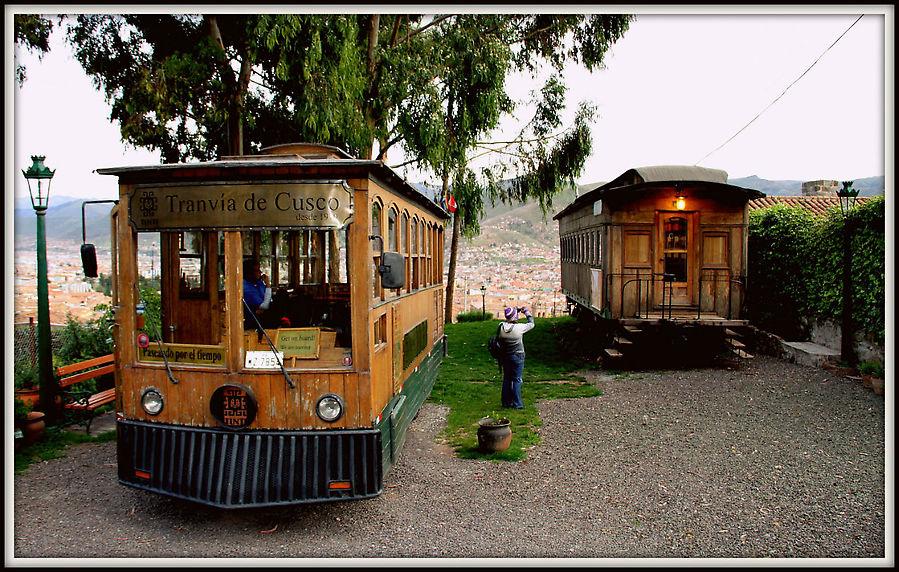 Слева трамвай на котором вы катаетесь по городу, справа стационарный музей.