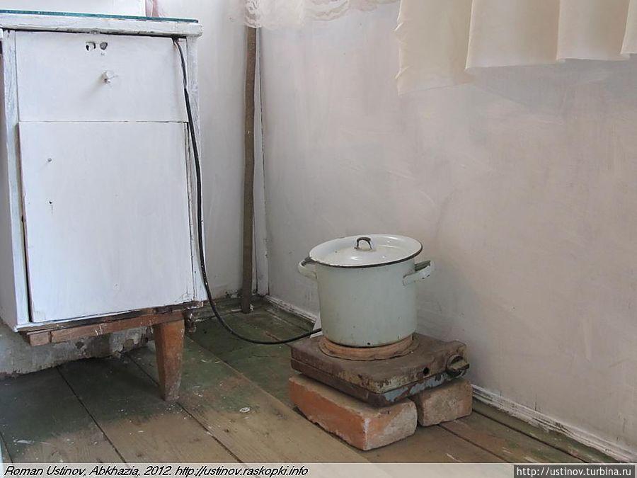 Если нужна горячая вода (стрижка горячими ножницами, столь популярная в больших городах) — то она греется на древней электроплитке.