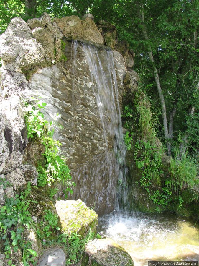 Искусственный водопад.