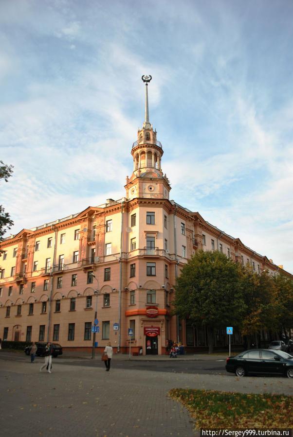 Дом на ул. Коммунистической. Еще один образец послевоенной архитектуры Минска. На первом этаже фирменный магазин кондитерской фабрики