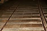 """В период британского мандата сквозь скалу был проложен тоннель, сквозь который пролегла автодорога и ж.д линия, фактически связывающая Египет с Европой через Палестину. Эта дорога – единственный сухопутный путь в Африку. В 1942 году были пущены первые поезда, именно по этой железной дороге британцы доставляли в Африку боеприпасы и снаряжение для сдерживания натиска Роммеля. Уже после войны, в 1947 году был запланирован запуск первого пассажирского поезда из Европы в Африку, но этому не суждено было свершиться. Началась война за независимость, в Галилее развернулись полномасштабные бои между еврейскими поселенцам и арабами, англичане неуверенно пытались наводить порядок, но очень скоро поняли, что дни их владычества в Палестине сочтены и передали вопрос в Лигу Наций. Тем временем, 14 марта 1948 года, еврейская диверсионная группа """"Хагана"""" прорвалась к Рош-Ханикре и взорвала тоннель и мост, опасаясь того, что сразу после ухода англичан, арабы попытаются воспользоваться этой дорогой с целью доставки боеприпасов и тяжелой техники. В целом блокирование приморской дороги было более, чем оправдано. В Ливане ожидали отправки в Палестину сотни танков и бронемашин и первый же поезд мог покрыть путь от Бейрута до Палестины за каких-нибудь 3 часа. Теперь же положение арабов было осложнено, ибо их воинские части остались без подкрепления и вскоре были уничтожены."""