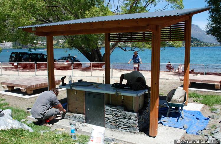 В парке у озера строится