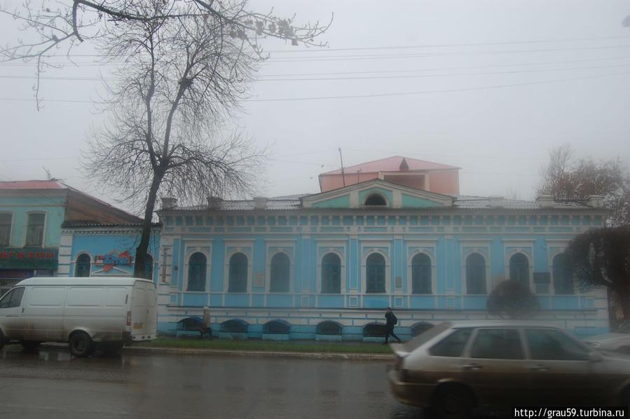 Вид здания в осенний дождь