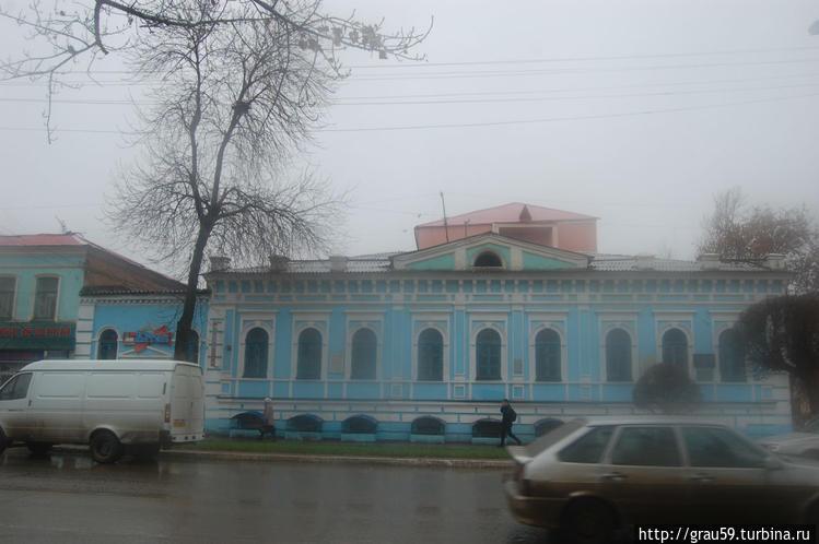 Вид здания в осенний дожд