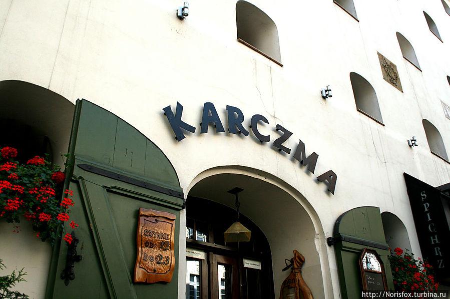 Здание отеля-ресторана Korczma Spichrz с Мостовой улицы Торунь, Польша