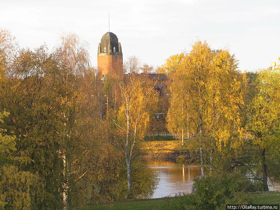 Вид на ратушу от реки.
