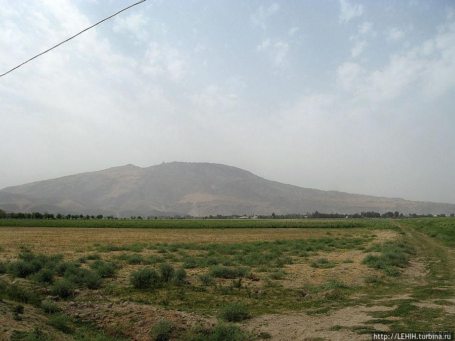 Гора Ходжа-мумин. Вид с окраины городка.