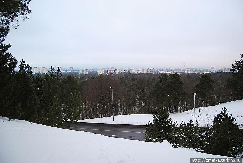 Рядом с мостом, прямо у дороги находится обзорная площадка, откуда можно наблюдать виды на район Мустамяэ Таллина.