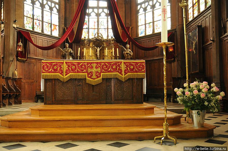 Алтарь святого таинства из позолоченного дерева датируется концом 18 века.