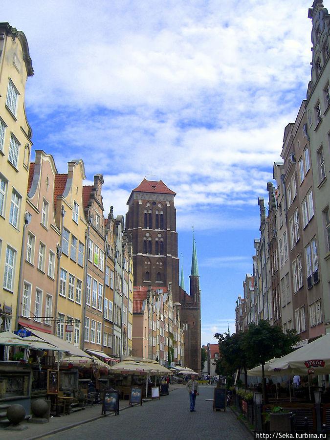В конце улицы видна башня Костела