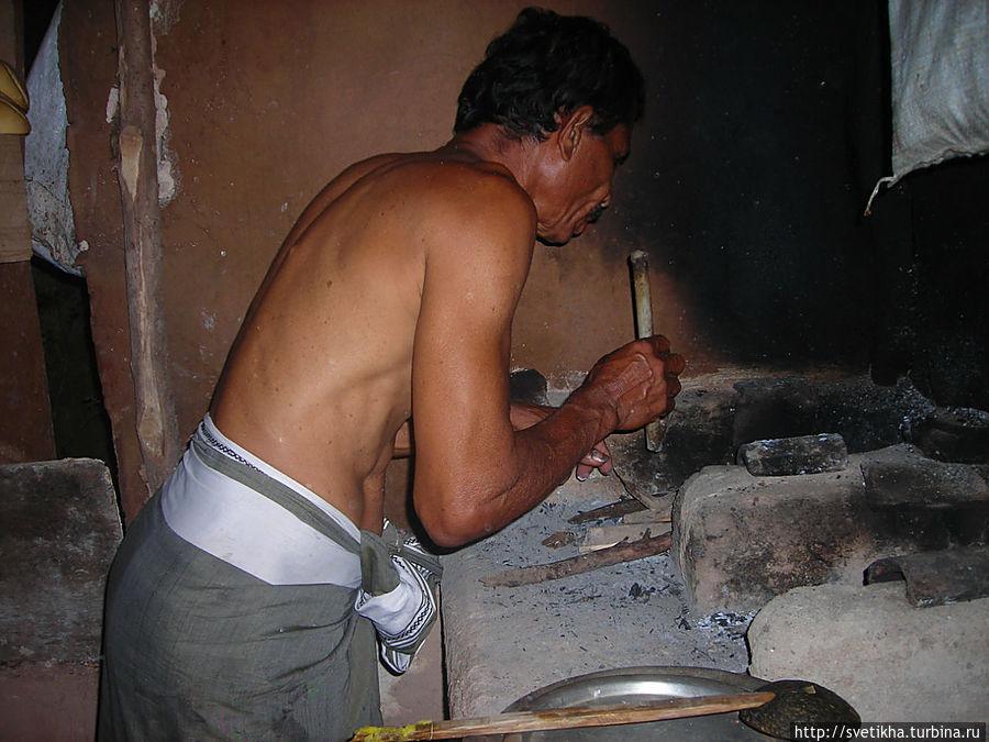 Трубочкой Сирипала раздувает огонь Тангалла, Шри-Ланка