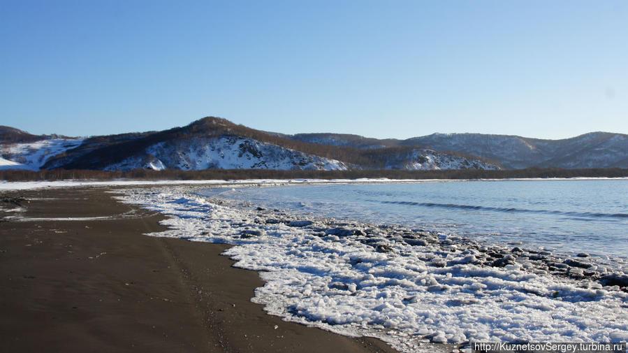 Берег бухты Завойко в Петропавловске-Камчатском и вулканический песок