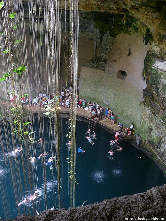 Большой синот недалеко от Чичен Ицы, там турисы отмокают после посещения Чичен Ицы в жаркую погоду. Кстати, рядом с ним есть неплохая гостиница. Чичен-Ица город майя, Мексика
