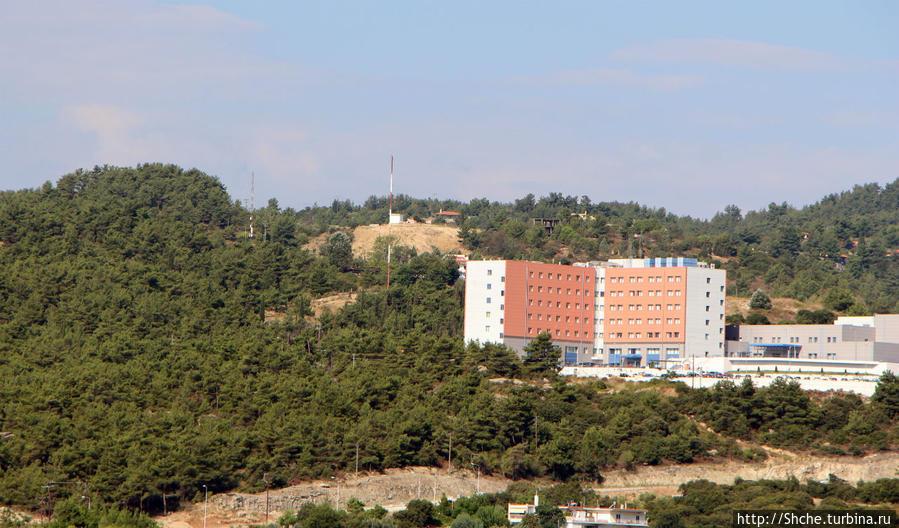 отель рядом с новой городской больницей на холме (больницу видим, отель спрятался в соснах:)