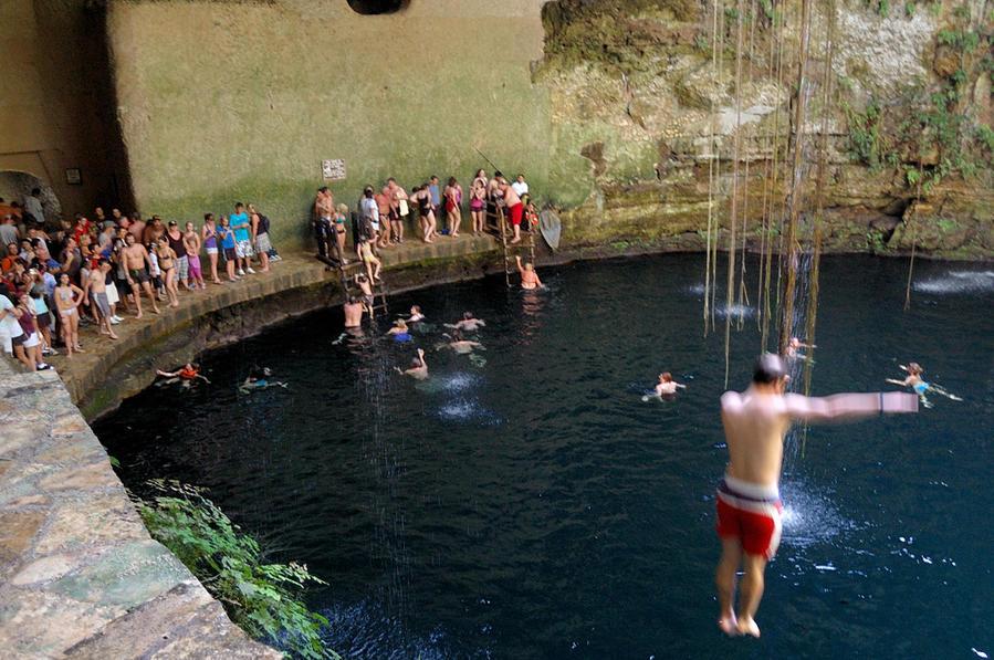 Народ купается в пещере Чичен-Ица город майя, Мексика