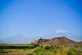 Арарат, он же Масис, являясь символом Армении, по иронии, находится на территории соседней Турции. Высота вершины Большого Арарата 5165 метров, Малый Арарат высотой 3896, расстояние между вершинами порядка 11 километров. Несмотря на ранний час, гора затянута плотной пеленой испарений, а вершина окутана облаками. Уже с дороги виднеются очертания монастыря, живописно расположившегося на фоне гор.