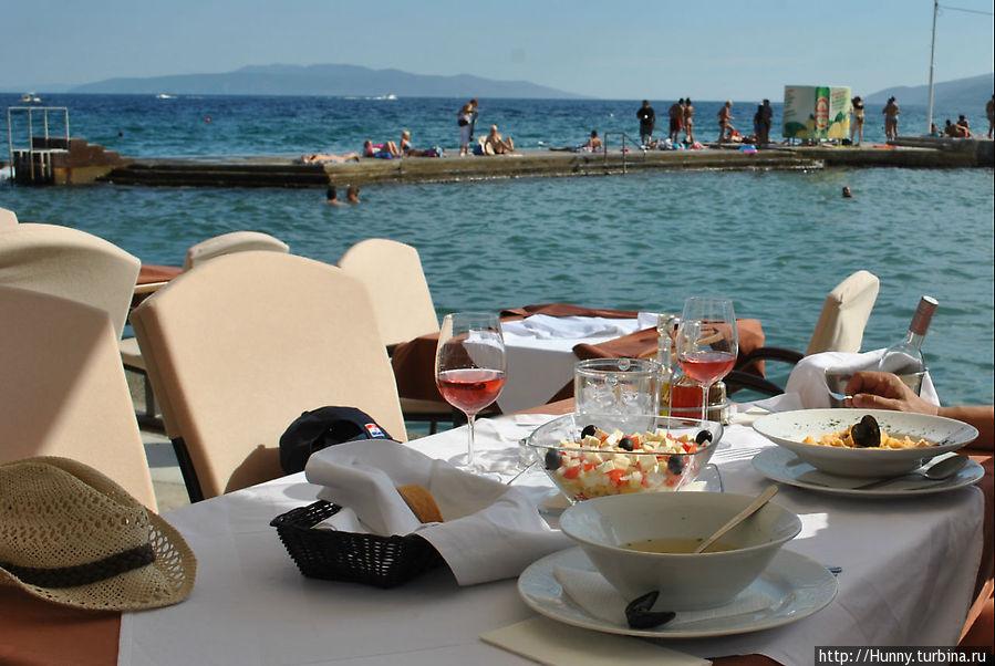 Обычный суп с морепродуктами, сносный Греческий салат и вкусная паста. И вид на море, конечно!