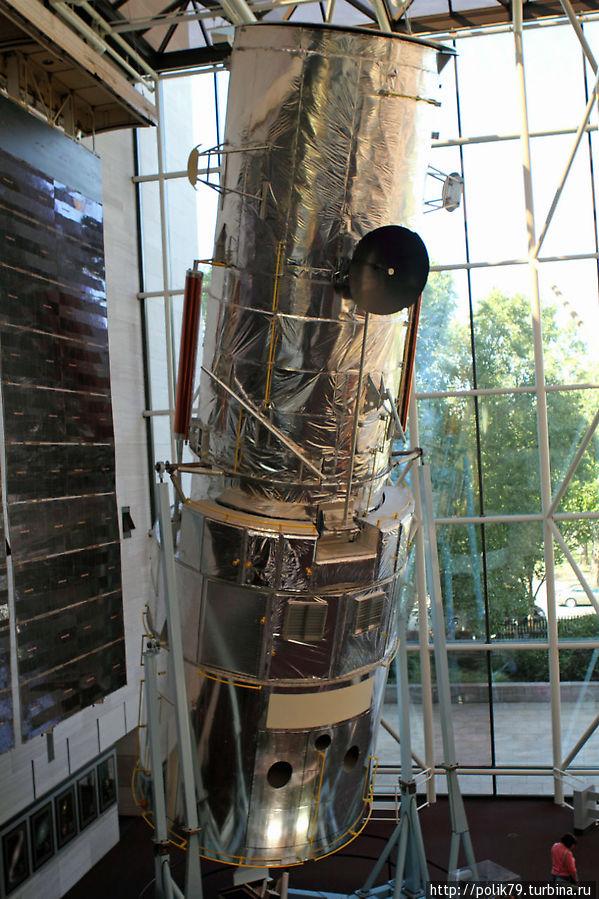 Телескоп Хаббл, использовавшийся для проверок и испытаний. Когда телескопу, летавшему на орбите, понадобился ремонт, технологические операции вначале обкатывали на этом, на Земле.