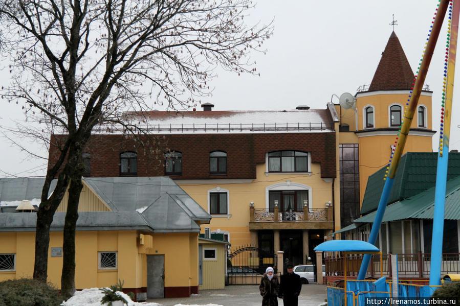 Вид на отель из парка
