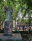 Перед сквером-кафе памятник сербсокму королю, при котором Требинье получил максимальное развитие,чему сильно способствовала его жена, местная святая Елена Анжуйская