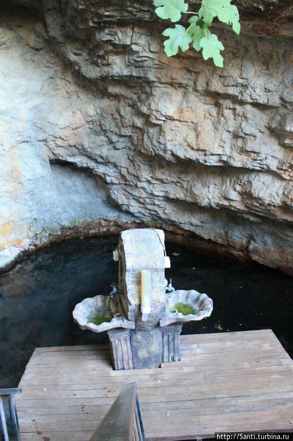 Вода в источнике жутко соленая и неприятная, но люди говорят, что привыкают и получают удовольствие от питья.