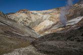Возвращаемся в первый кратер. Справа вы видите черную гадость — это в 2000-м году горячая грязь текла 600 метров из той самой ледниковой вороночки.